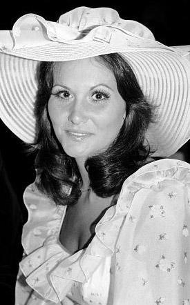 Linda Lovelace Linda Boreman ya da herkesin tanıdığı adıyla Linda Lovelace bugüne kadar çekilmiş en sert porno filmlerden biri olan Deep Throat'ta (Derin Gırtlak) oynadıktan sonra kendisinin bile beklemediği kadar büyük bir ün kazandı. Miami'de daracık küf kokulu bir otel odasında çekilen film, yaklaşık 600 milyon dolar hasılat elde etti. Filmin 1972 yılında yapılan galasına dönemin en ünlü Hollywood yıldızları da katıldı. Ama Lovelace kendisine ün, yapımcısına da servet kazandıran bu filmden tek kuruş para almadı. Lovelace'in porno sektöründen feminizme uzanan yaşam öyküsünü anlattığı kitap ABD'de en çok satılan biyografilerden biri olarak tarihe geçti. Linda Lovelace ne yazık ki bu filmle elde ettiği parlak çıkışını sürdüremedi. 2003 yılında geçirdiği bir trafik kazasından sonra bir süre komada kaldı ve yaşama veda etti.